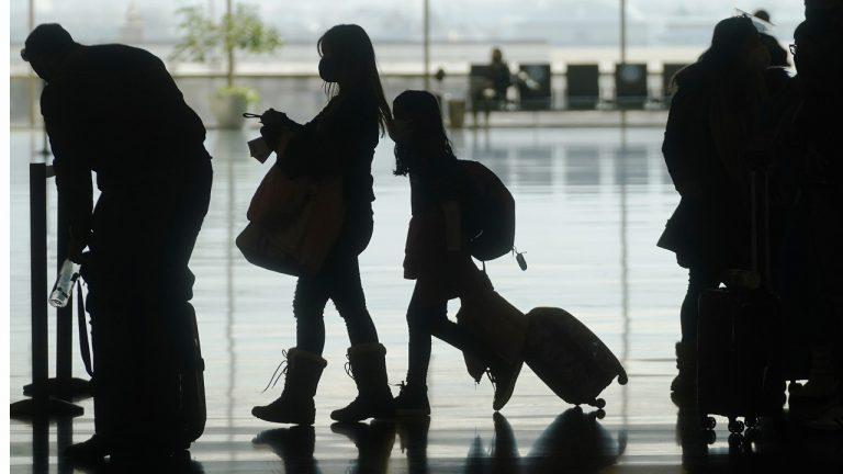 Cestujúci na letisku - covid pasy