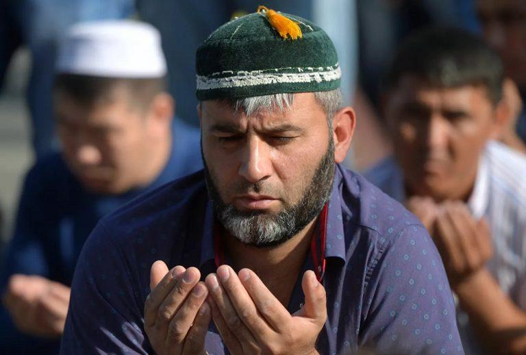 Moslimovia počas modlitby