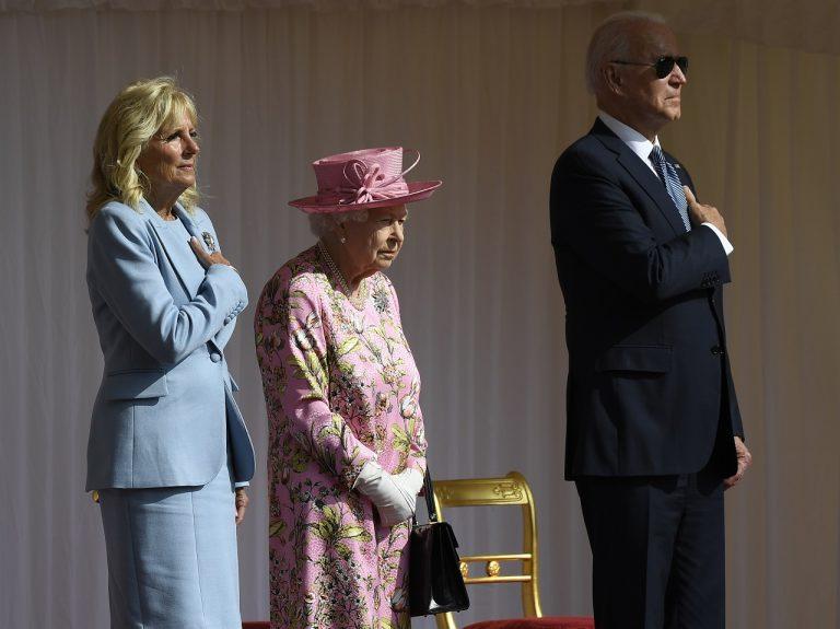 britská krá¾ovná Alžbeta II. (uprostred), americký prezident Joe Biden (vpravo) a prvá dáma Spojených štátov Jill Bidenová
