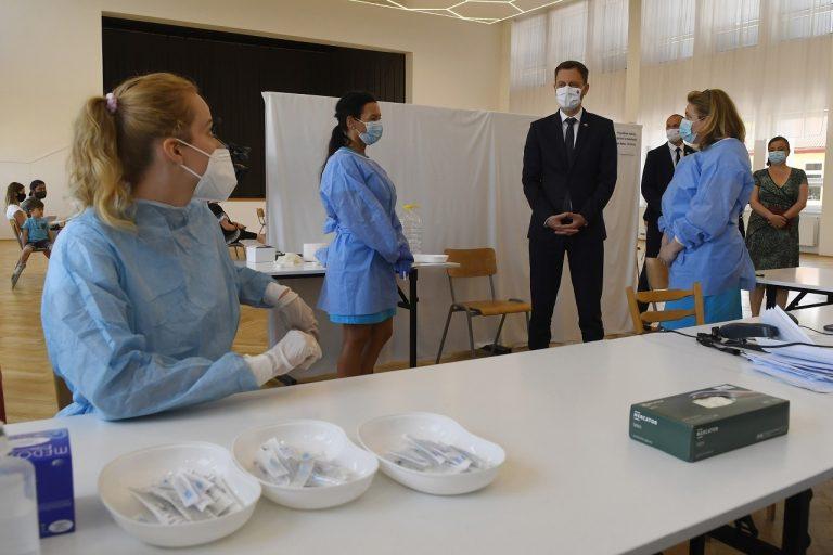 Eduard Heger navštívil mobilné očkovacie centrum v obci Široké