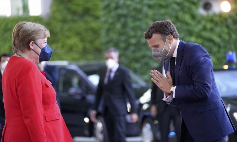 Macron počas stretnutia s Merkelovou