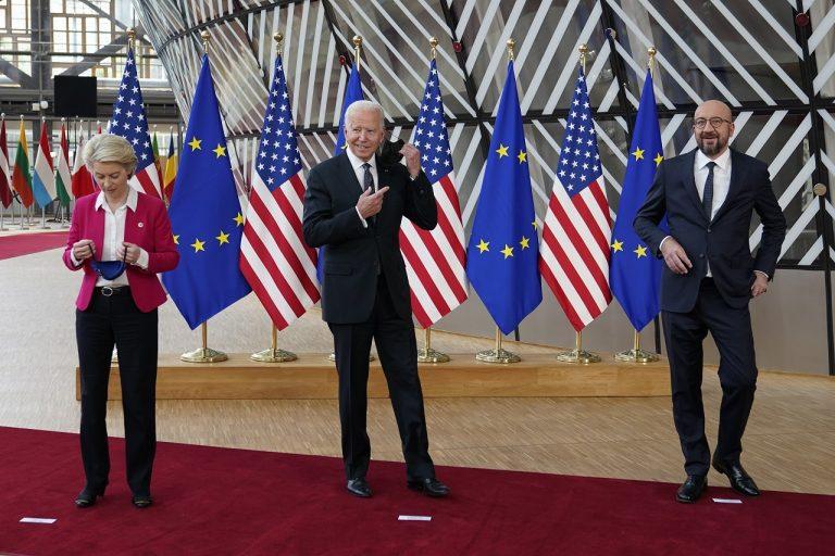 Joe Biden Ursula von der Leyenová Charles Michel