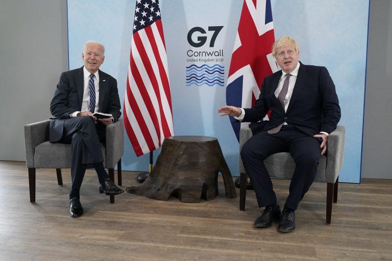 Britský premiér Boris Johnson (vpravo) a americký prezident Joe Biden sa rozprávajú počas ich bilaterálneho stretnutia pred summitom G7