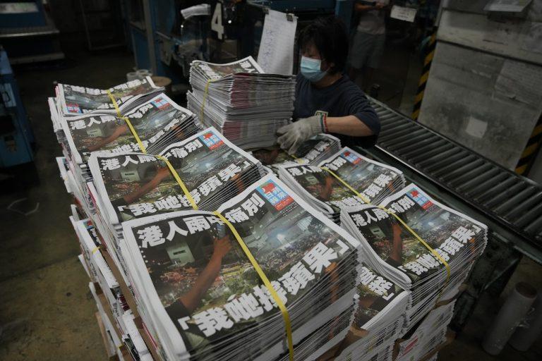 Pracovník balí výtlačky novín Apple Daily