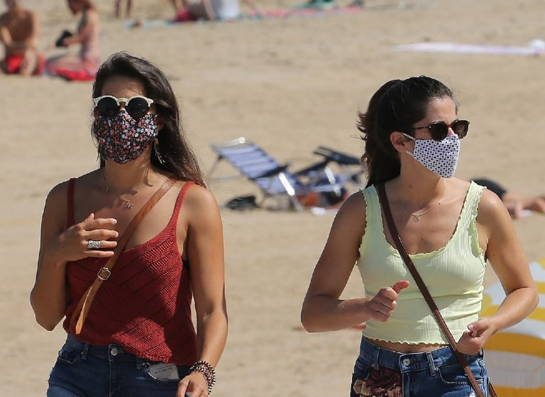 S rúškami po pláži