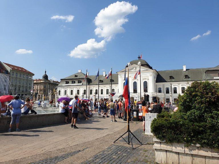 protest pred prezidentskym palacom