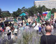 Na snímke účastníci protestného zhromaždenia proti očkovaniu a zotročovaniu Slovenska pred Úradom vlády