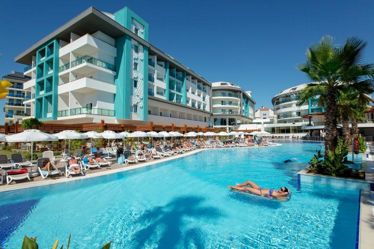 Hotel, pláž, bazén