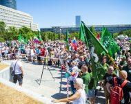 Na snímke účastníci protestného zhromaždenia proti očkovaniu a zotročovaniu Slovenska pred Úradom vlády SR