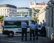 Na snímke príslušníci polície počas protestného zhromaždenia proti opatreniam vlády SR v súvislosti s pandémiou ochorenia COVID-19 pred Prezidentským palácom v Bratislave