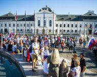 Na snímke účastníci štvrtkového protestného zhromaždenia proti opatreniam vlády SR v súvislosti s pandémiou ochorenia COVID-19 pred Prezidentským palácom v Bratislave