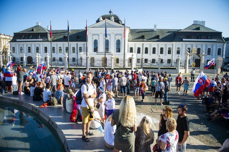 Protest pred Prezidentským palácom v Bratislave