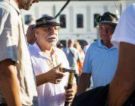 Na snímke účastníci protestného zhromaždenia proti opatreniam vlády SR v súvislosti s pandémiou ochorenia COVID-19 pred Prezidentským palácom v Bratislave
