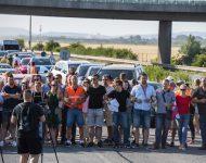 Na snímke pendleri blokujú diaľničný hraničný priechod Čunovo-Rajka smerom do Maďrska v Bratislave