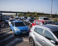 Na snímke pendleri blokujú diaľničný hraničný priechod Čunovo-Rajka smerom do Maďarska v Bratislave