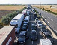 Na snímke pendleri blokujú diaľničný hraničný priechod