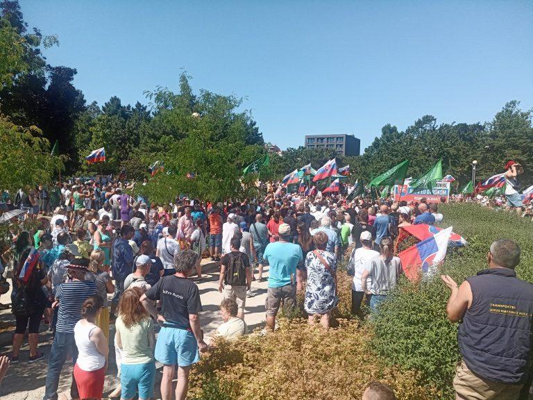 Účastníci protestného zhromaždenia proti očkovaniu a zotročovaniu Slovenska pred Úradom vlády SR v Bratislave