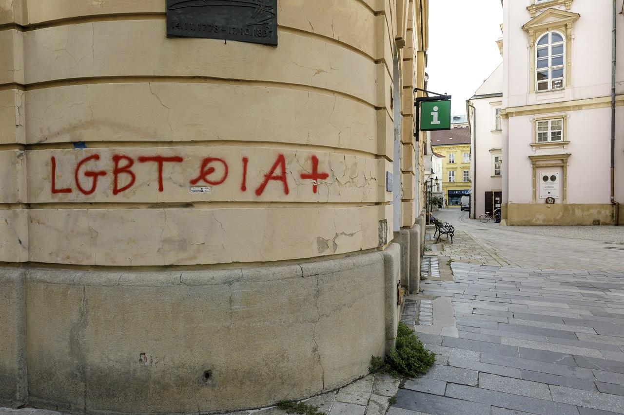 V centre Bratislavy posprejovali nápismi viacero budov, najmä kostoly i kláštor