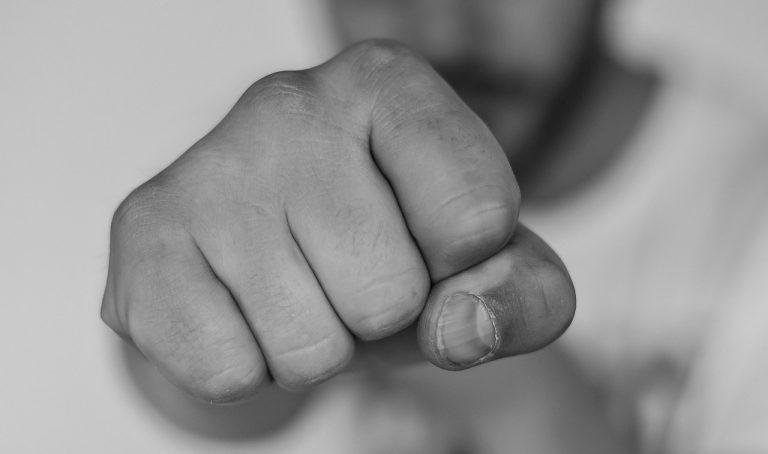agresia bitka útok päsť úder