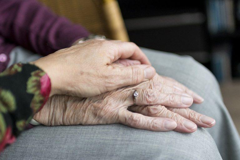 senior starší starý starostlivosť ruky