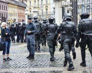 Na snímke ťažkoodenci a príslušníci Policajného zboru SR dohliadajú na priebeh protestu proti pandemickým opatreniam a proti prezidentke SR, členom vlády a parlamentu pred Prezidentským palácom na Hodžovom námestí v Bratislave