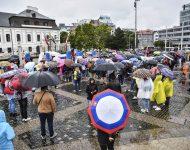 Na snímke účastníci počas protestu proti pandemickým opatreniam a proti prezidentke SR, členom vlády a parlamentu pred Prezidentským palácom na Hodžovom námestí v Bratislave