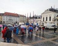 Na snímke účastníci počas protestu pred Prezidentským palácom proti novele zákona o verejnom zdraví, ktorá zvýhodňuje zaočkovaných proti ochoreniu COVID-19 pred nezaočkovanými