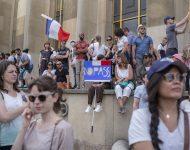Na snímke ľudia počas protestu proti návrhu zákona, ktorý vstup do reštaurácií a na iné miesta podmieňuje predložením dokladu o očkovaní proti ochoreniu COVID-19 alebo negatívnym výsledkom testu na covid, 24. júla 2021 v Paríži