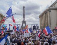 Tisíce ľudí sa zhromaždili neďaleko Eiffelovej veže počas protestu proti návrhu zákona, ktorý vstup do reštaurácií a na iné miesta podmieňuje predložením dokladu o očkovaní proti ochoreniu COVID-19 alebo negatívnym výsledkom testu na covid, 24. júla 2021 v Paríži