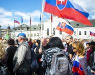 Na snímke účastníci protestu proti očkovaniu a vláde SR pred Prezidentským palácom 1. septembra 2021 v Bratislave