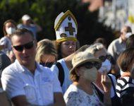 Na snímke ľudia počas privítacieho ceremoniálu pápeža Františka pred Prezidentským palácom