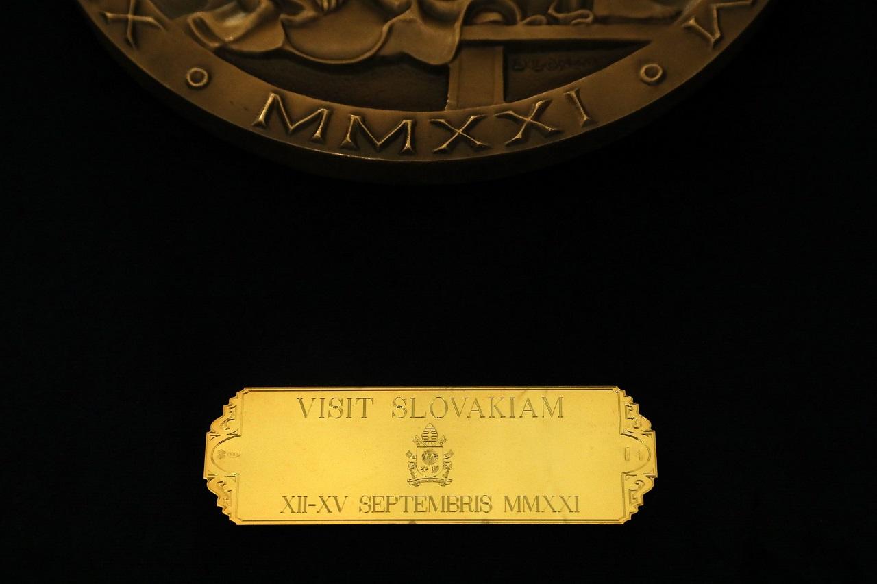 Darom Svätého Otca je medaila odkazujúca na návštevu Slovenska