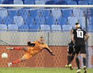 Na snímke druhý sprava Jonas Wind strieľa tretí gól z jedenástky počas zápasu F-skupiny 1. kola skupinovej fázy Európskej konferenčnej ligy ŠK Slovan Bratislava - FC Kodaň