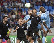 Na snímke vpravo Ezekiel Henty (Slovan) strieľa hlavou gól na 1:1 počas zápasu F-skupiny 1. kola skupinovej fázy Európskej konferenčnej ligy ŠK Slovan Bratislava - FC Kodaň