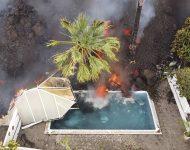 Horúca láva zasiahla bazén po erupcii sopky La Cumbre Vieja na španielskom ostrove La Palma, ktorý je súčasťou Kanárskych ostrovov v pondelok v skorých ranných hodinách 20. septembra 2021