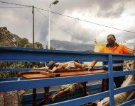 Drevené kríže s Ježišom pochádzajúce z kostola Piusa X. odvážajú na nákladnom aute v obci El Paso po erupcii sopky La Cumbre Vieja na španielskom ostrove La Palma, ktorý je súčasťou Kanárskych ostrovov v pondelok v skorých ranných hodinách 20. septembra 2021