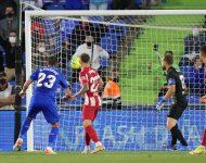 Na snímke vľavo srbský obranca Getafe Stefan Mitrovič strieľa gól v zápase  6. kola španielskej La Ligy vo futbale Getafe CF - Atletico Madrid