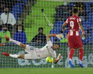 Na snímke vpravo hráč Atletica Luis Suarez strieľa gól v zápase  6. kola španielskej La Ligy vo futbale Getafe CF - Atletico Madrid