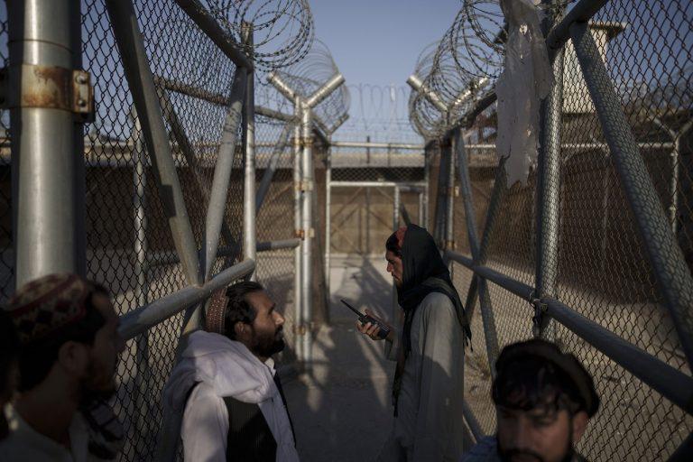 Bojovníci Talibanu vchádzajú do väznice